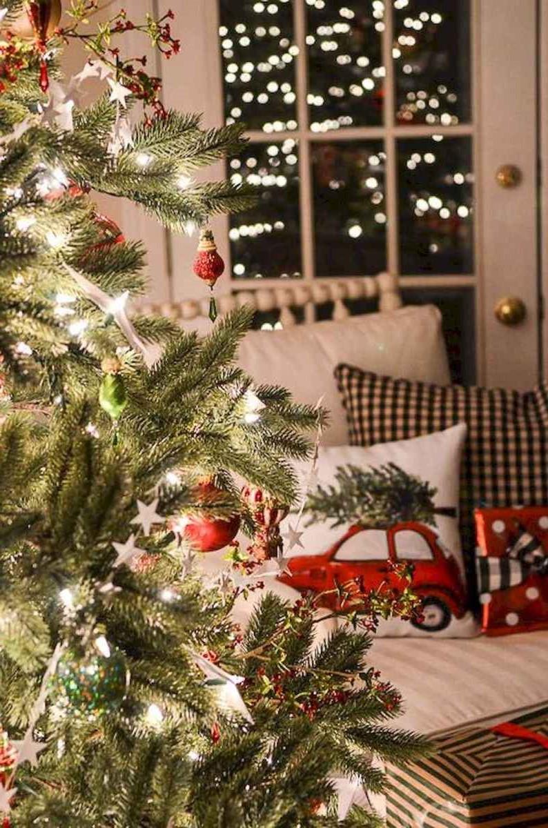 Décoration d'arbre de Noël classique.