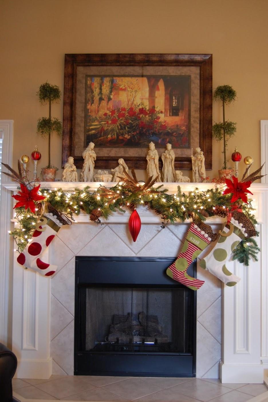 Décoration de cheminée élégante avec des lumières de Noël et des plantes à feuilles persistantes.