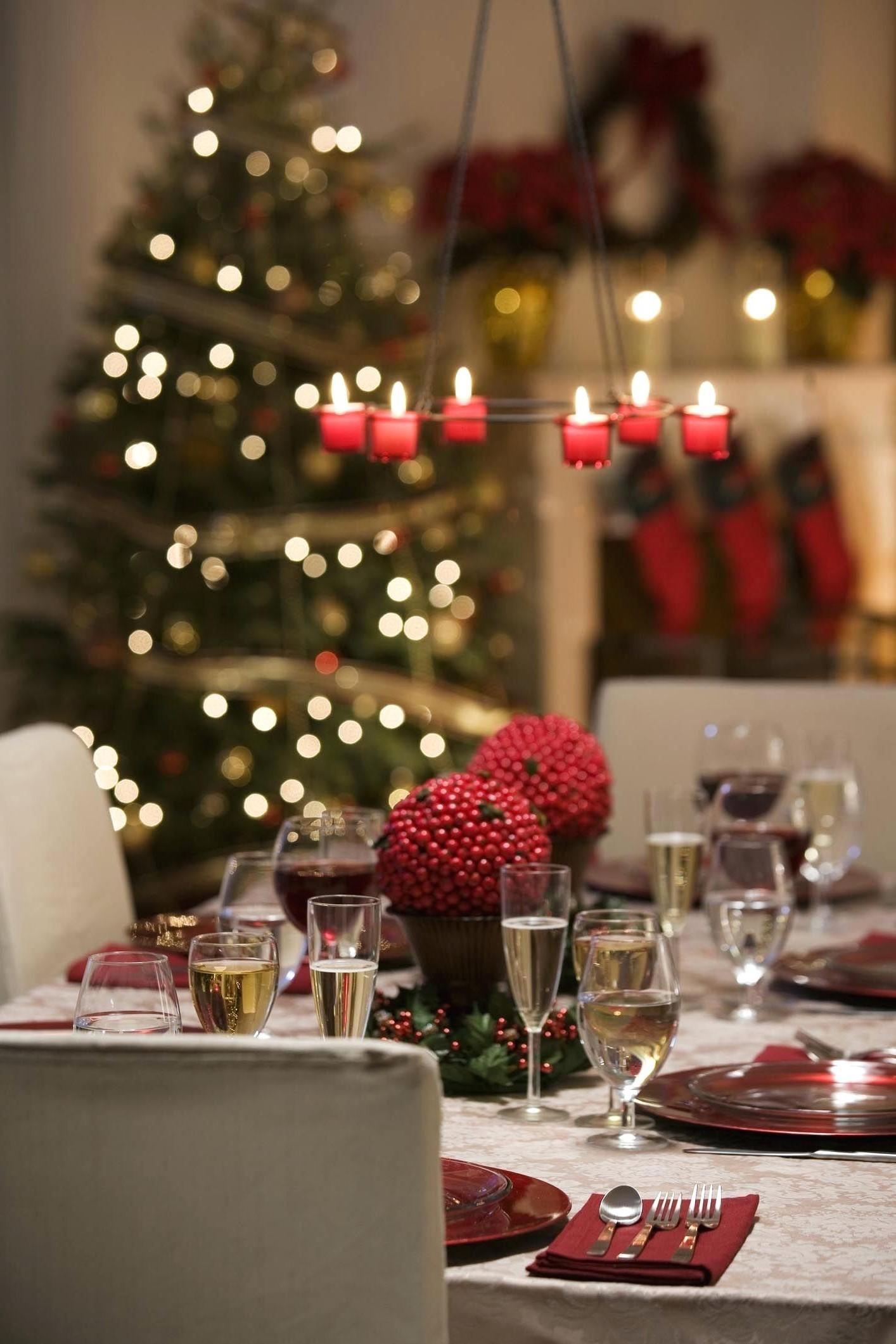 Décoration de Noël avec des bougies pour une atmosphère chaleureuse.