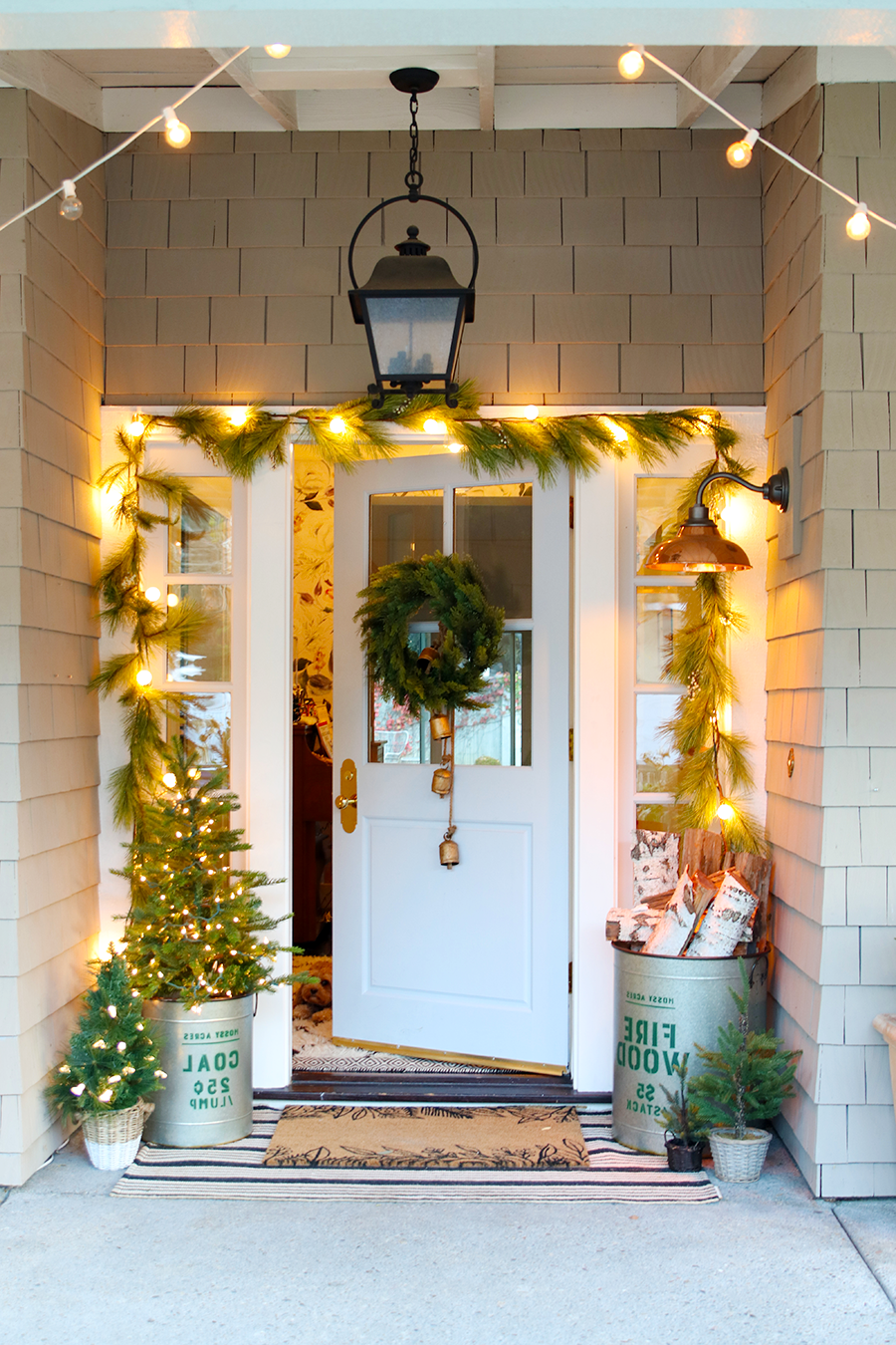Porte d'entrée décorée de lumières de Noël.