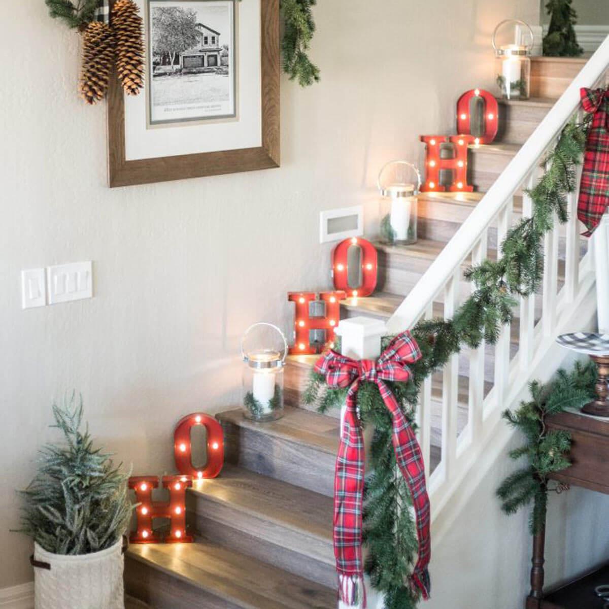Utilisez les lumières de Noël pour décorer votre escalier.