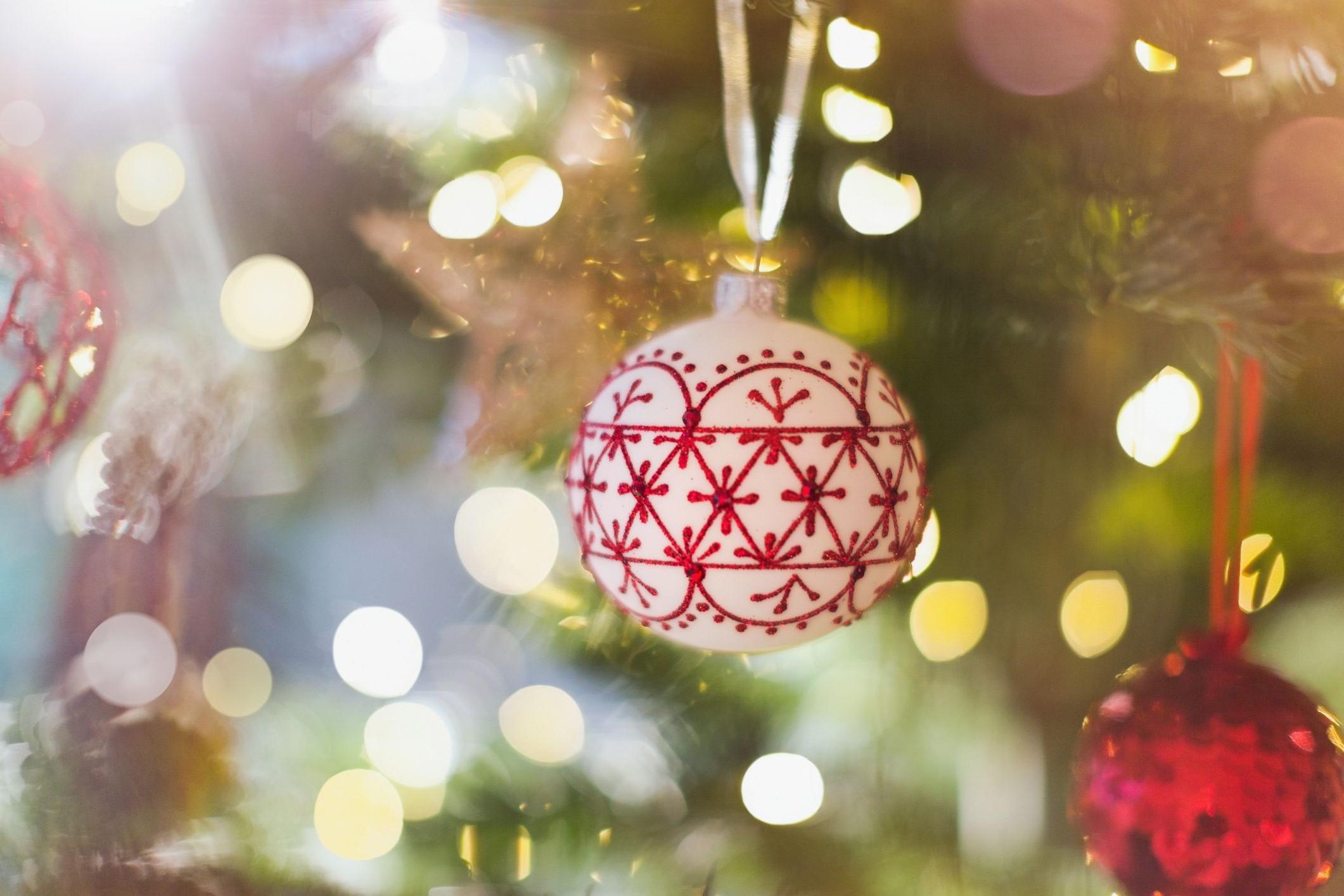 Décoration de Noël classique avec des lumières étincelantes.