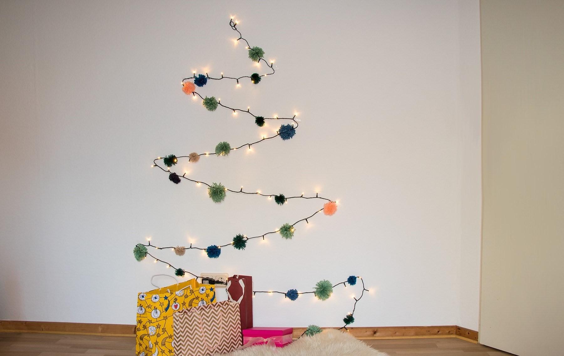 Pour réaliser cet arbre, il vous suffit de quelques clous et lumières de Noël.