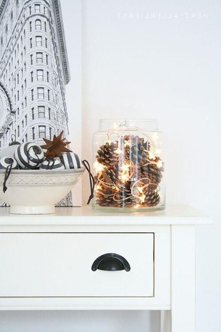 Pommes de pin et lumières de Noël.
