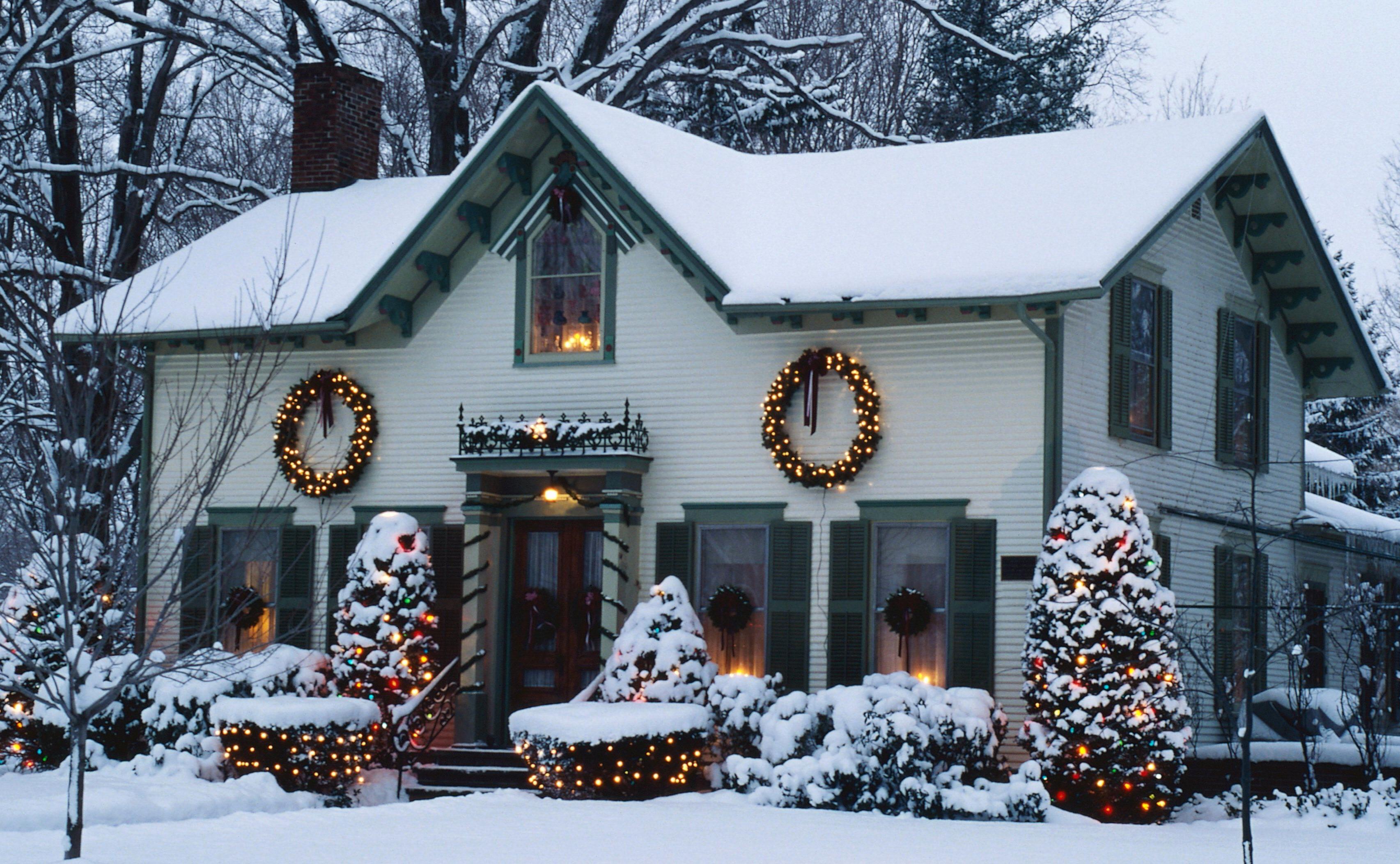 Idées de décoration extérieure avec des lumières de Noël.