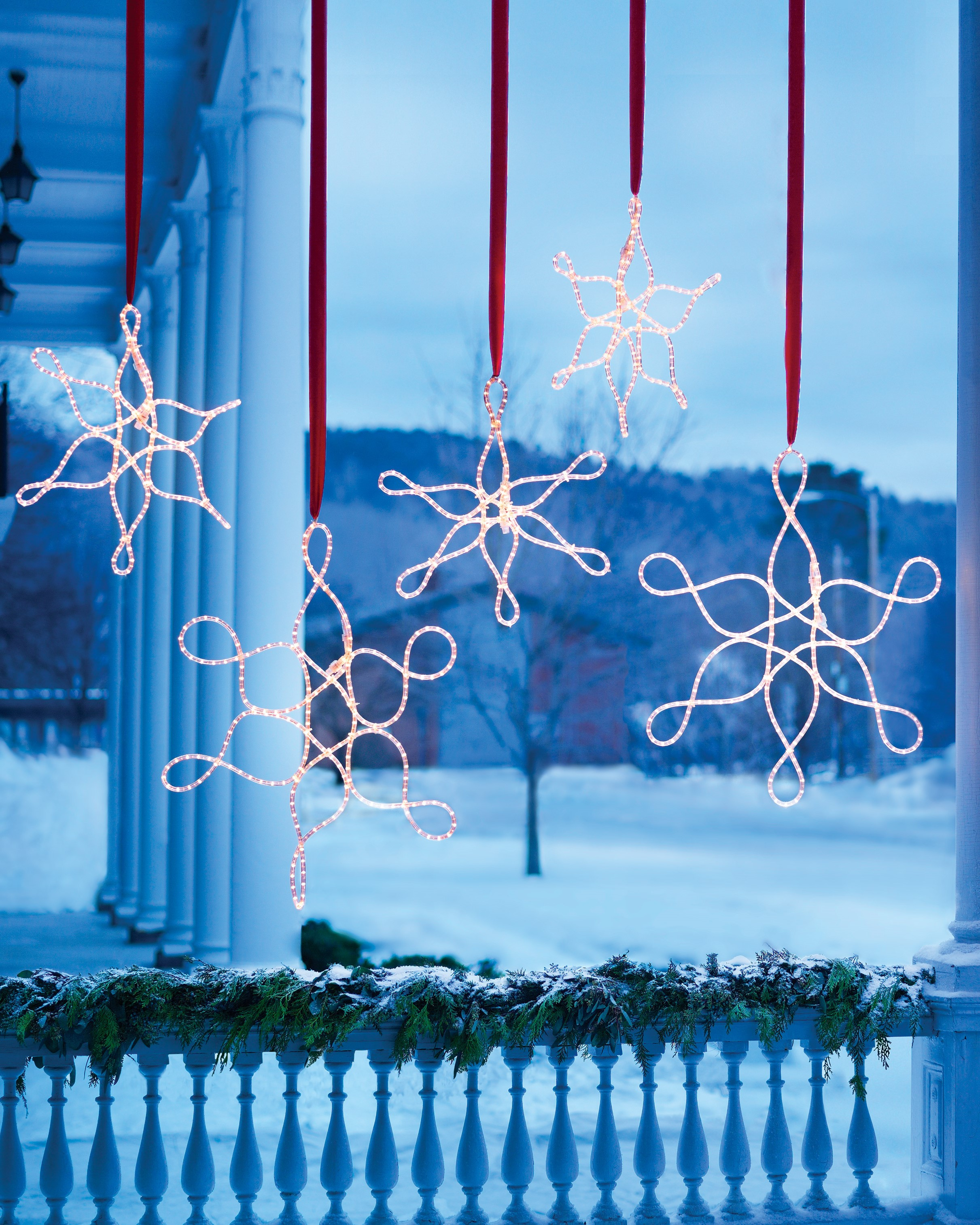Décoration de Noël en plein air avec des flocons de neige.