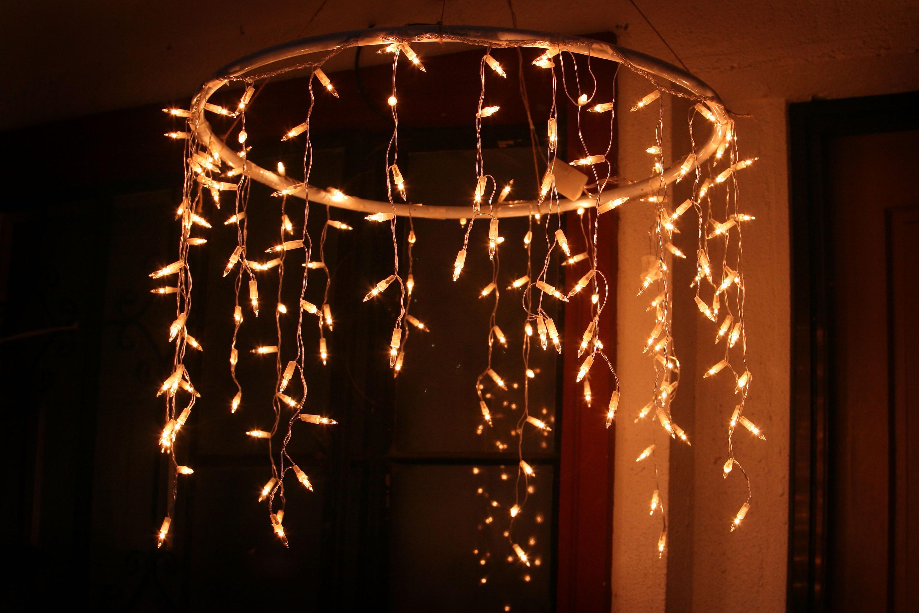 Lustre avec des lumières de Noël.