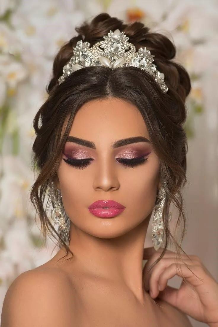 Pour les futures mariées à la peau claire, les couleurs appropriées sont le rose et la pêche.