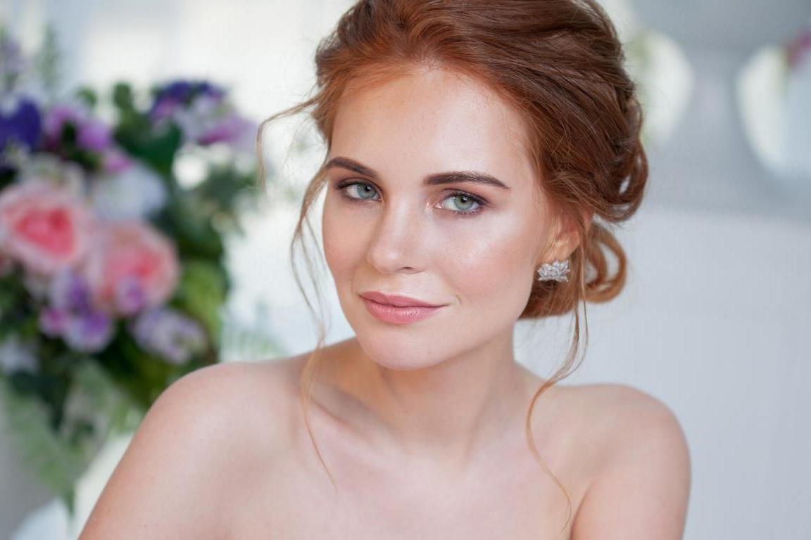 Si vous avez choisi une robe simple, vous pouvez jouer avec le maquillage de mariage pour les yeux verts.
