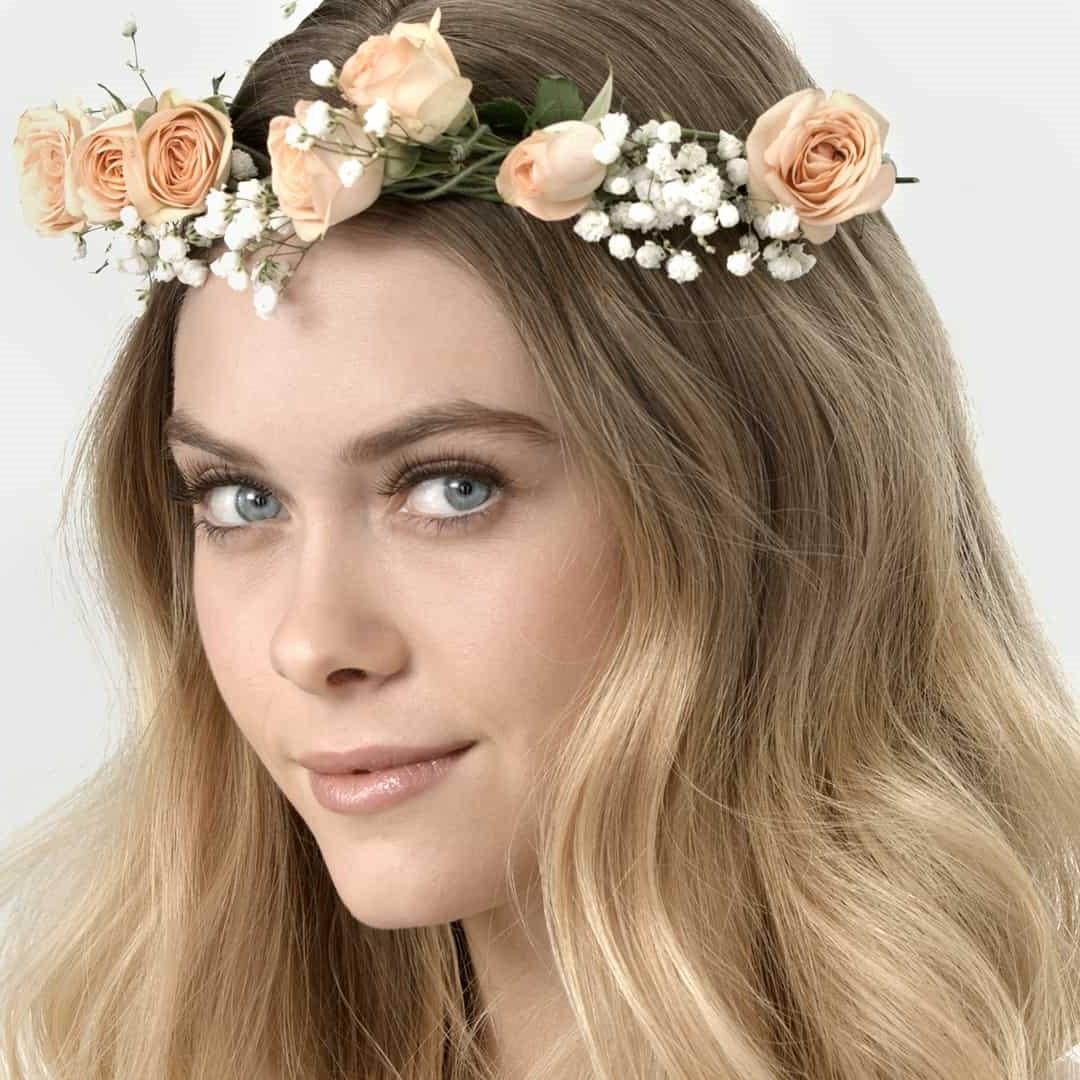 La beauté des blondes est renforcée par les tons naturels du maquillage de mariage pour les yeux verts - beige, vert, émeraude et bien d'autres couleurs.