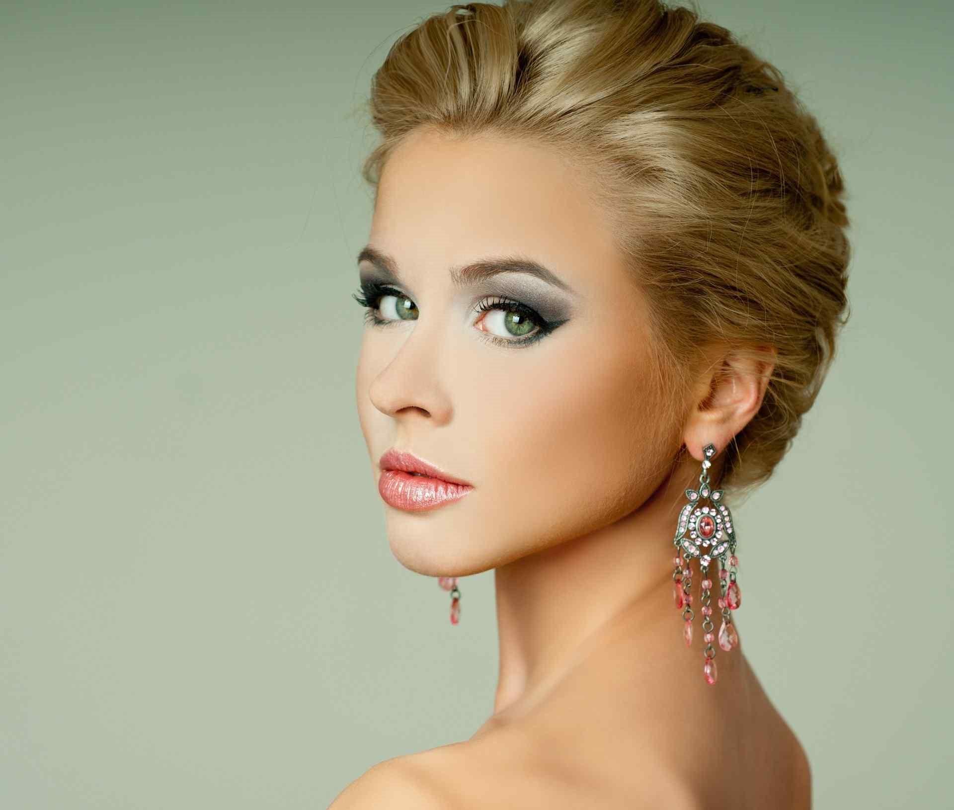 Les yeux sont une partie fondamentale du visage, qui est soulignée le jour du mariage avec un maquillage qui met en valeur la couleur de l'iris.