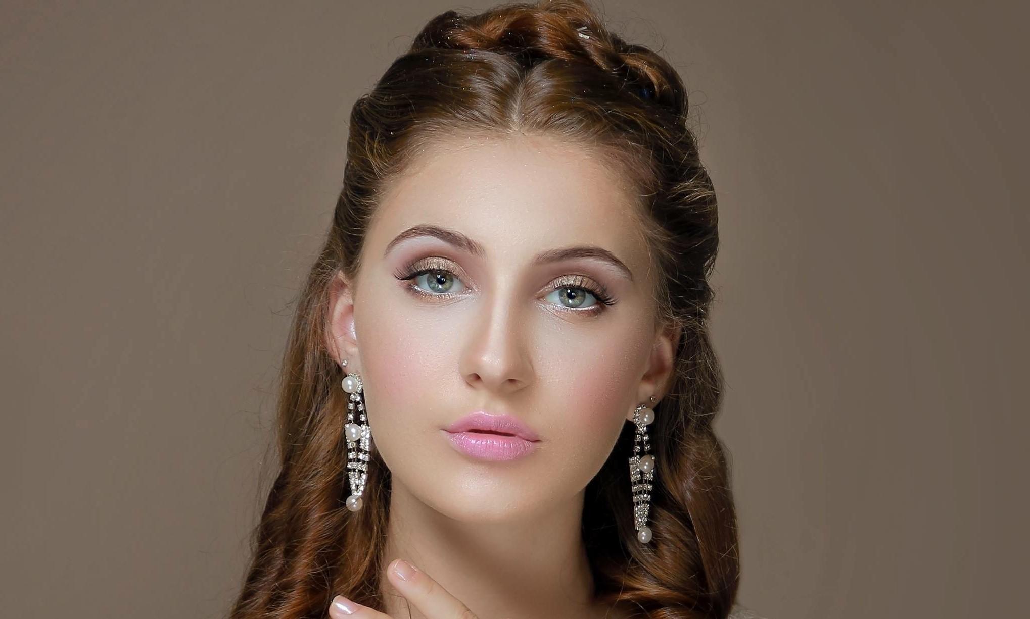 Il n'y a donc pas de maquillage de mariage spécifique pour les yeux verts qui convienne à toutes les dames.