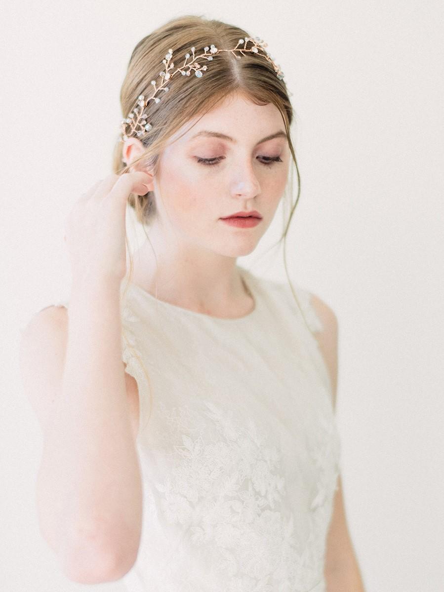 Vous pouvez ajouter des fleurs à la coiffure. Assurez-vous qu'elle est en harmonie avec le maquillage de mariage pour les yeux verts.