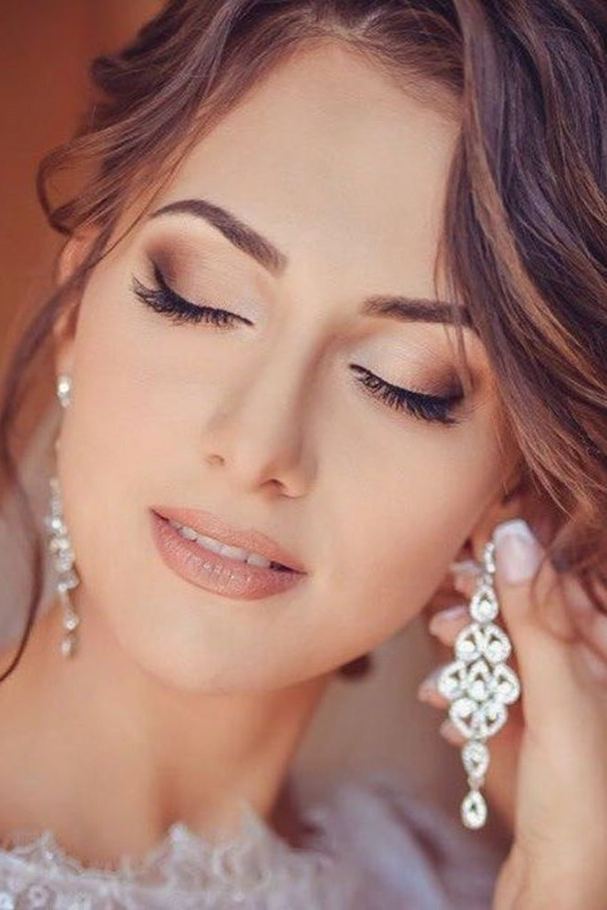 Commencez par la couleur la plus claire pour le maquillage de mariage pour yeux verts.