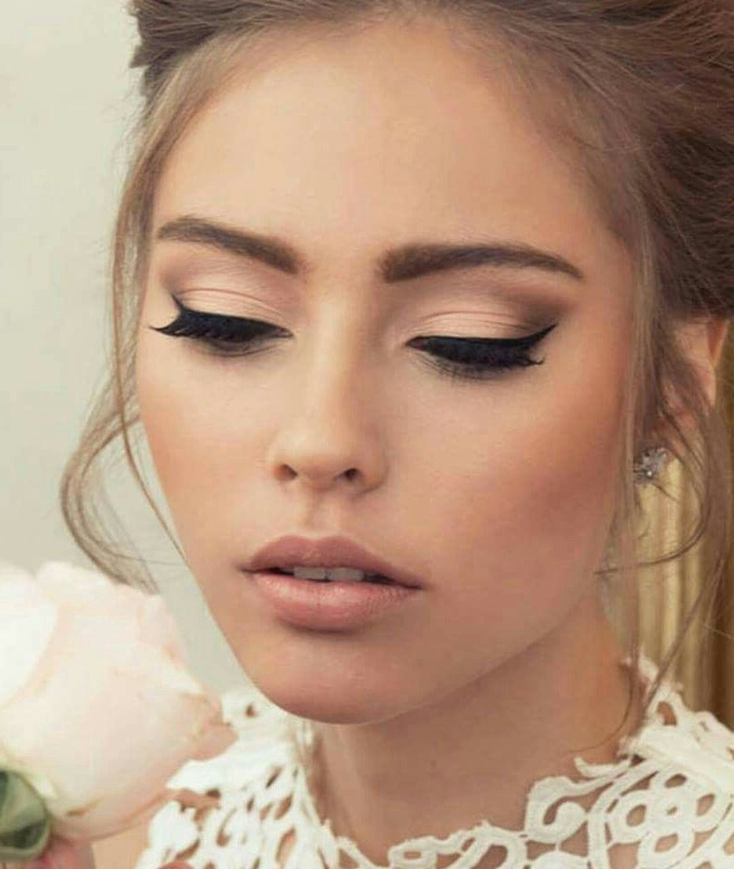 Touches finales du maquillage de mariage pour yeux verts.