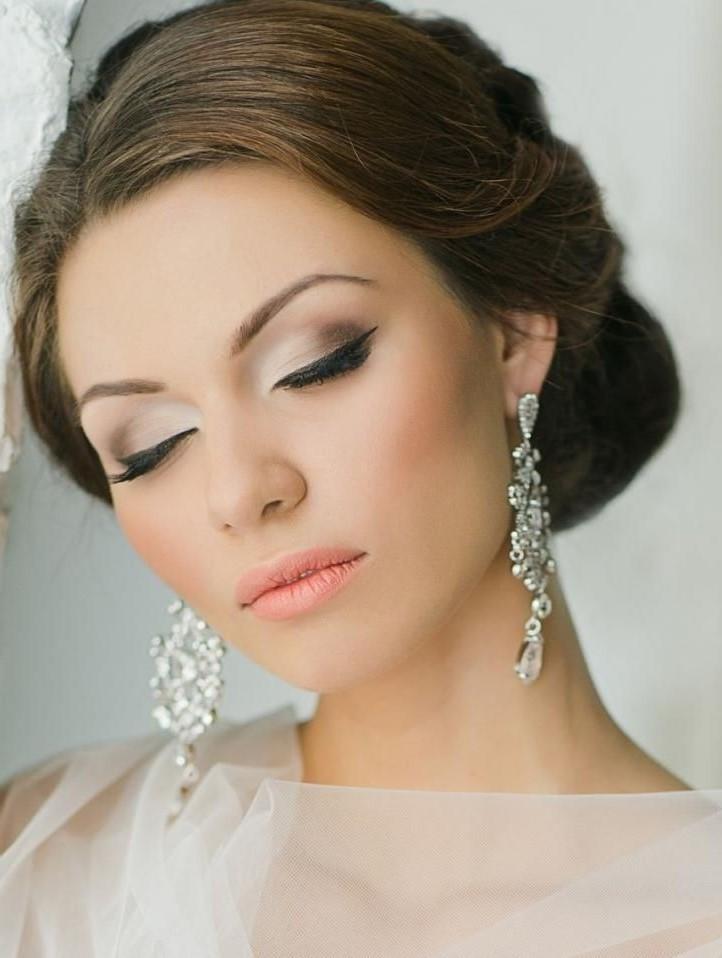 Créer un dégradé parfait de couleurs de fard à paupières est une étape clé de votre maquillage de mariage.