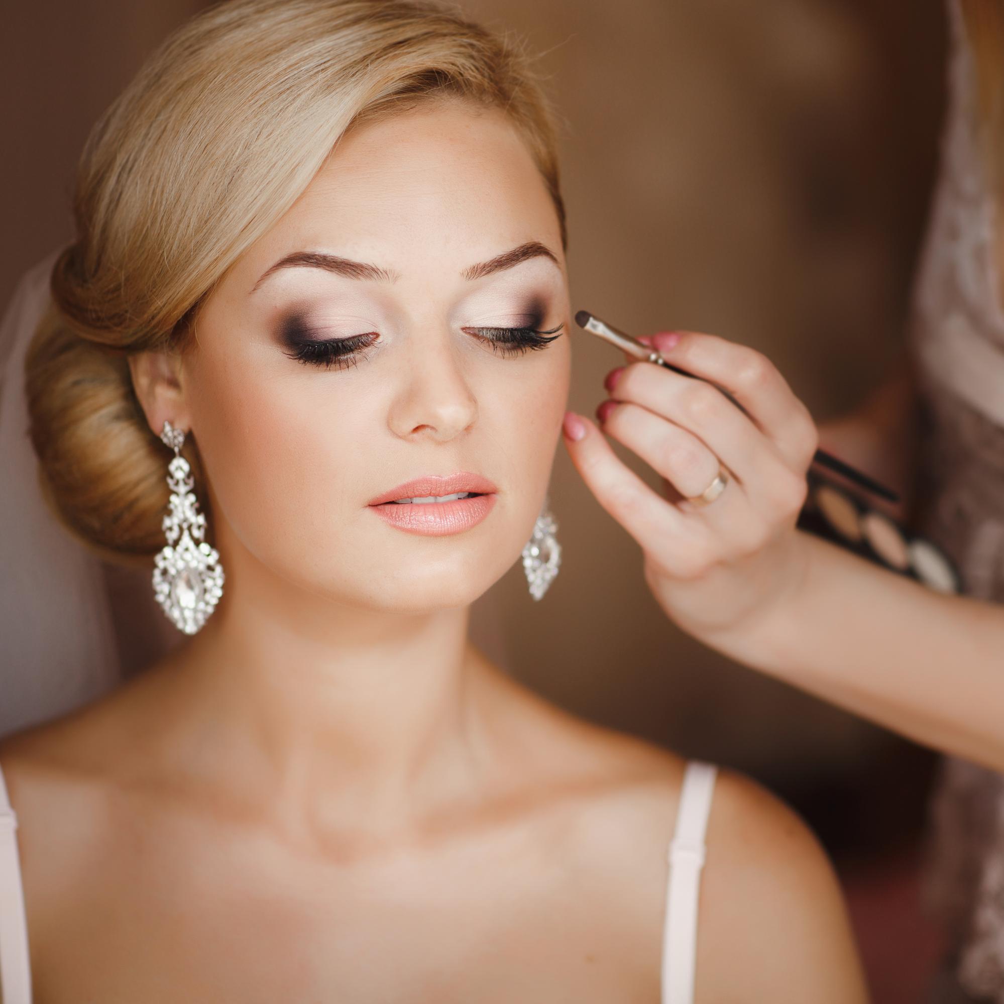 Préparez les paupières pour le maquillage de mariage pour yeux verts.