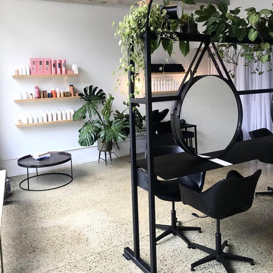 Mobilier coiffure: Au lieu de tout refaire et de repartir à zéro, essayez de mettre à jour le look que votre espace a déjà.