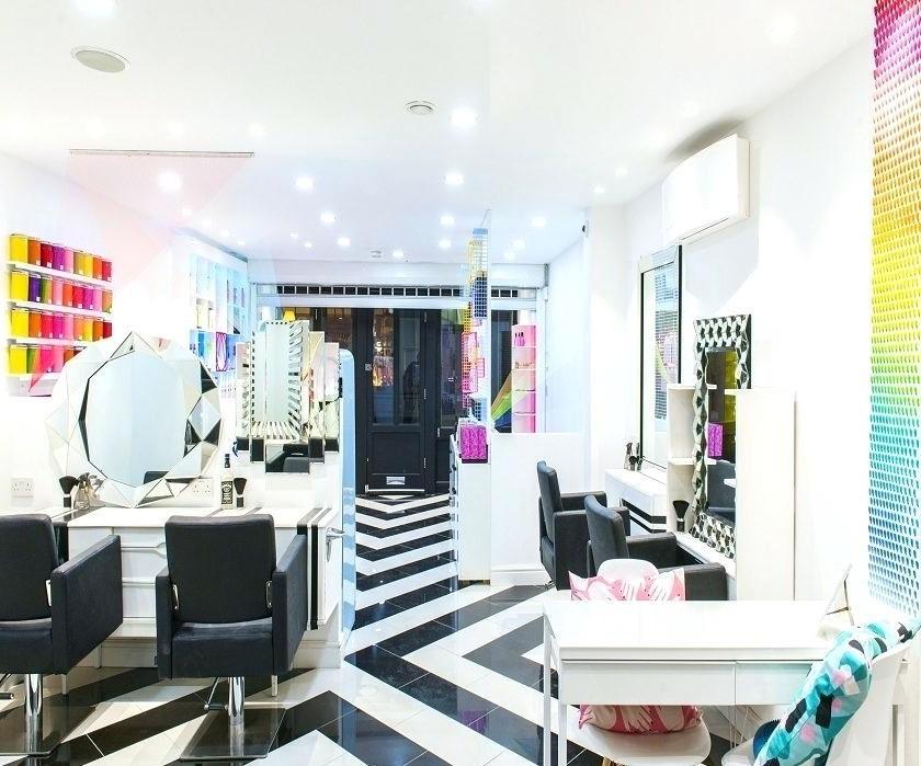 Choisir une couleur plus claire pour votre mur permet à une pièce de se sentir plus spacieuse qu'elle ne l'est en réalité.
