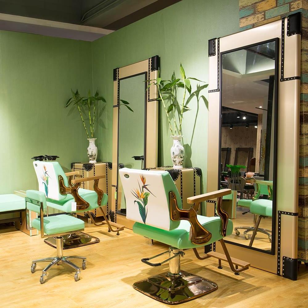 Mobilier coiffure: les grands miroirs multipostes donneront à votre espace une sensation plus ouverte.