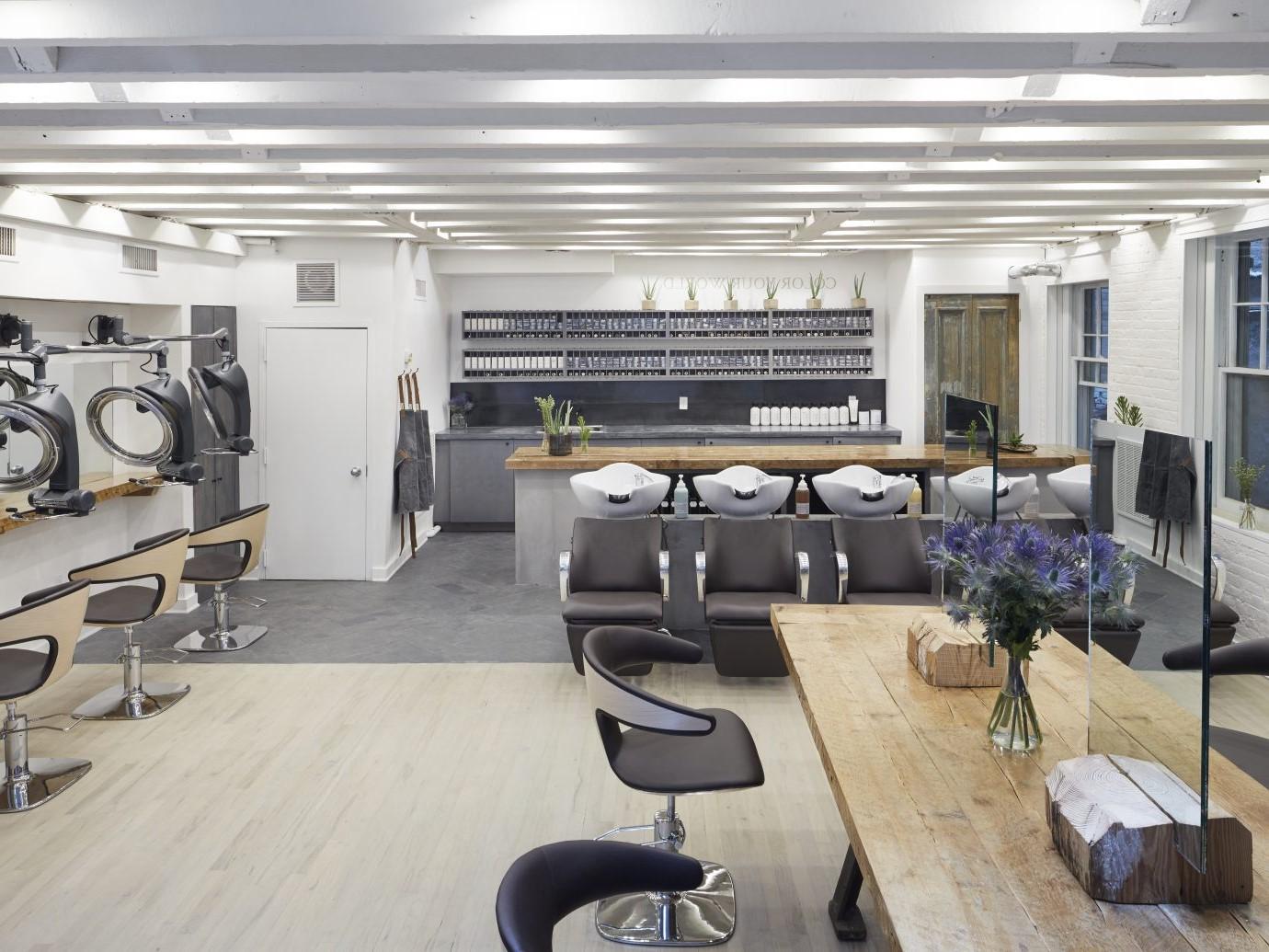Illuminez votre espace avec un plafond coloré ou donnez à vos pièces une plus grande impression en le peignant en blanc.
