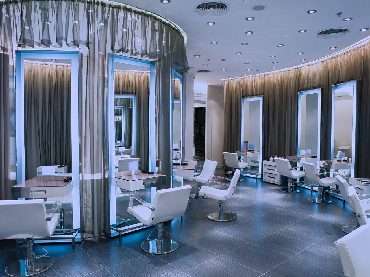 Mobilier coiffure: Optez pour des miroirs encadrés pour une atmosphère plus chaleureuse ou des miroirs nus pour un look plus élégant.