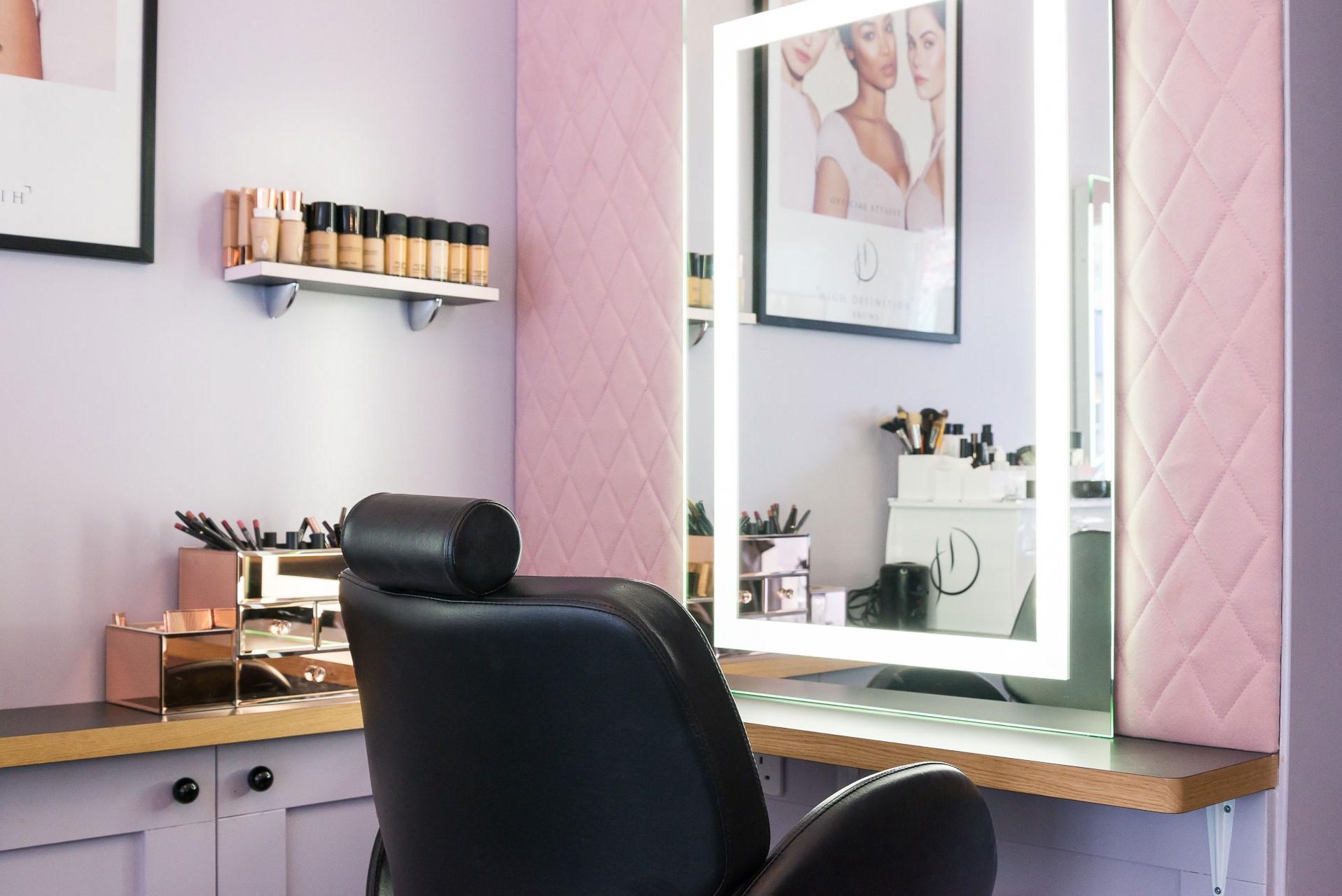 Lors du choix de la lumière pour votre salon, gardez à l'esprit que l'objectif principal est que votre client ait fière allure.