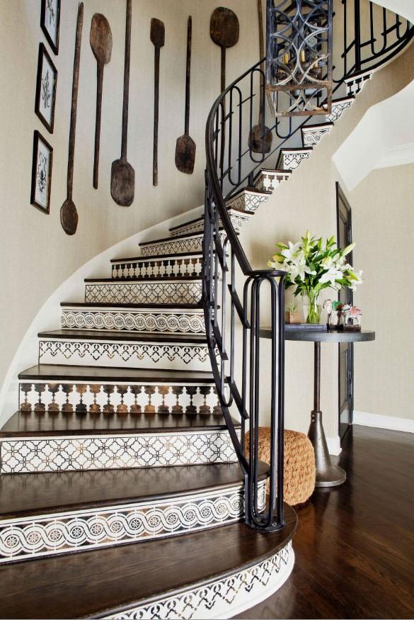Commencez par le haut des escaliers et descendez lorsque vous les ettoyez ou peignez.