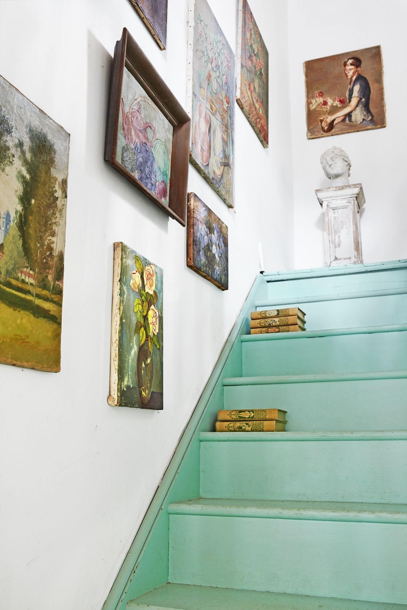 Avant de repeindre l'escalier: Une fois les escaliers nettoyés, rincez-les avec un chiffon imbibé d'eau claire.