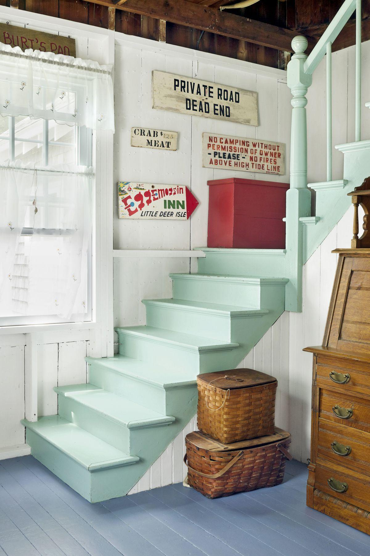 Pour obtenir la finition la plus lisse possible sur les escaliers, vous devez d'abord veiller à ce que la nouvelle peinture adhère bien.