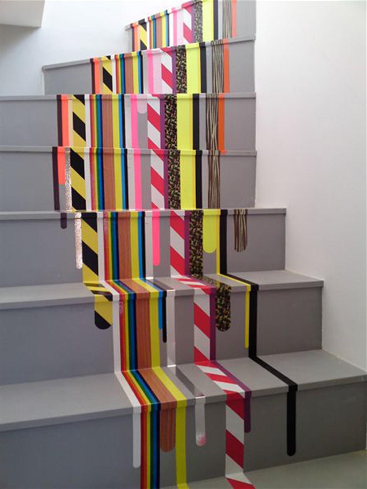 Avant de repeindre l'escalier, éliminez toute peinture écaillée avec un couteau à mastic.