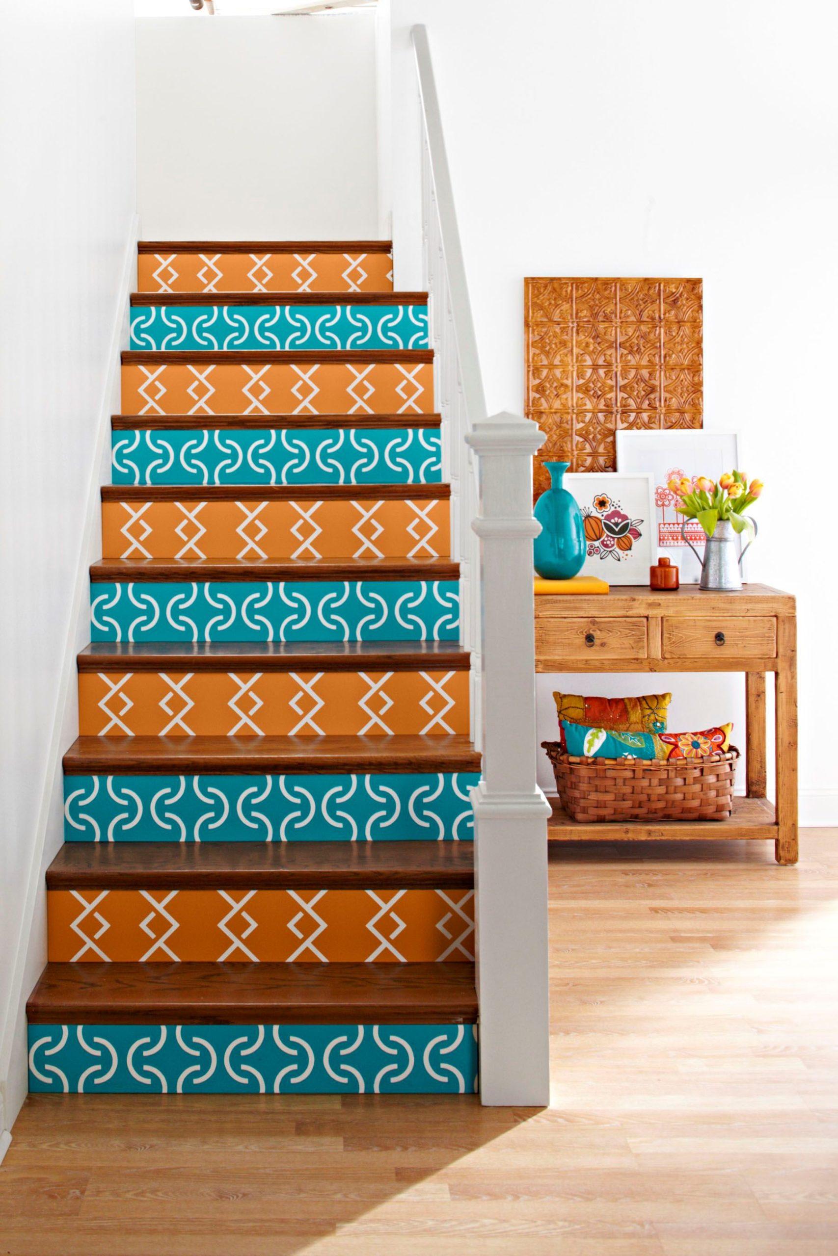 Avant de repeindre l'escalier, passez-les à l'aspirateur pour éliminer toute trace de débris et de poussière.