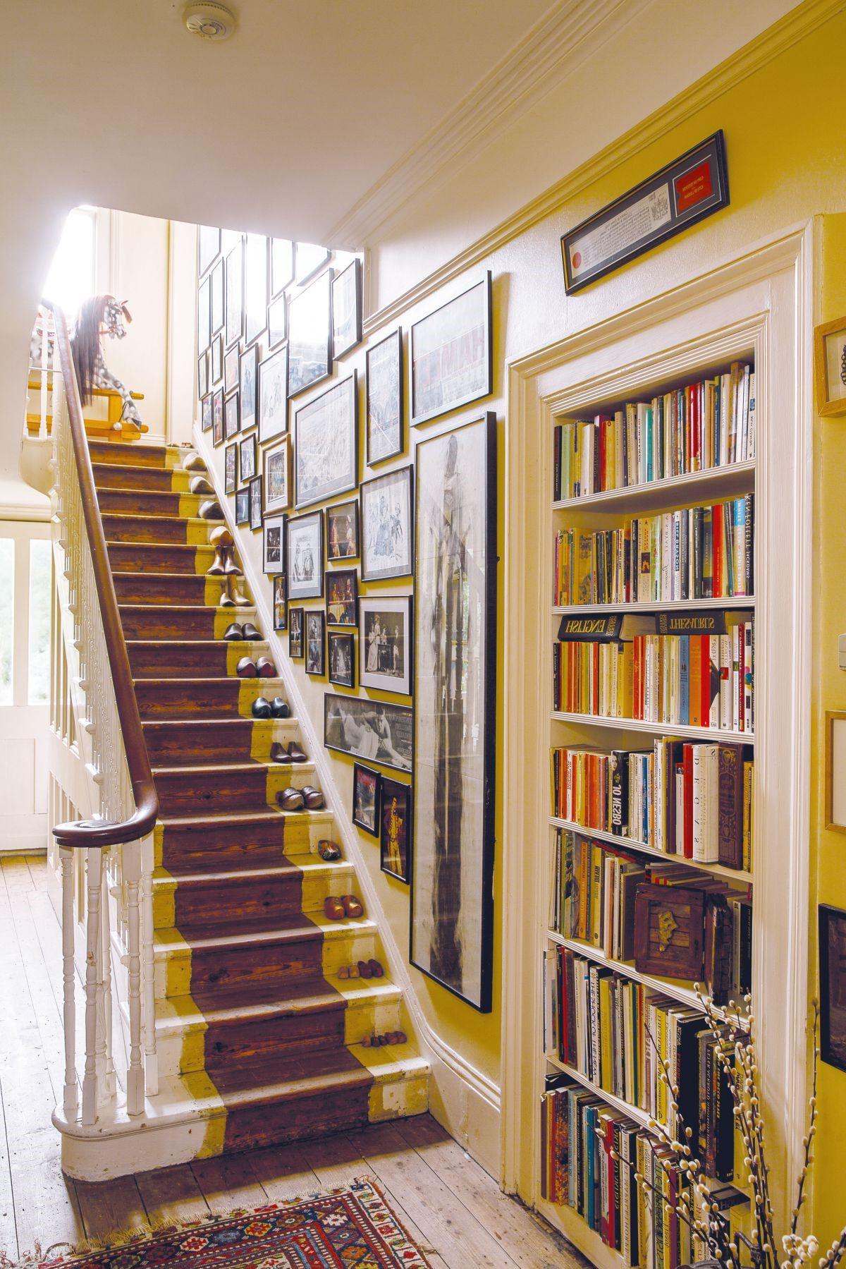 Cependant, vous devez d'abord masquer toutes les surfaces adjacentes aux escaliers avec du ruban adhésif pour peinture.