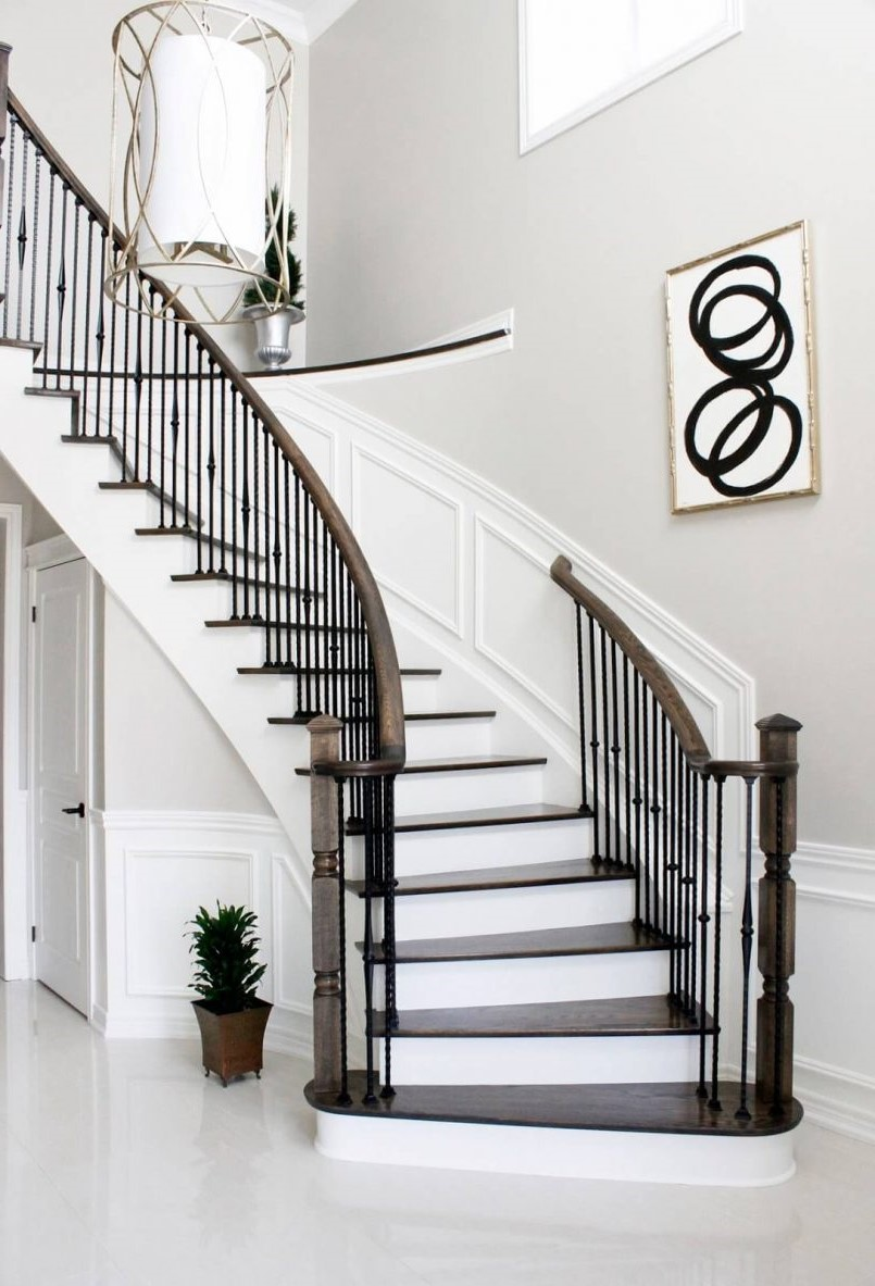 Lorsque la peinture est suffisamment sèche pour pouvoir monter les escaliers, retirez le ruban adhésif.