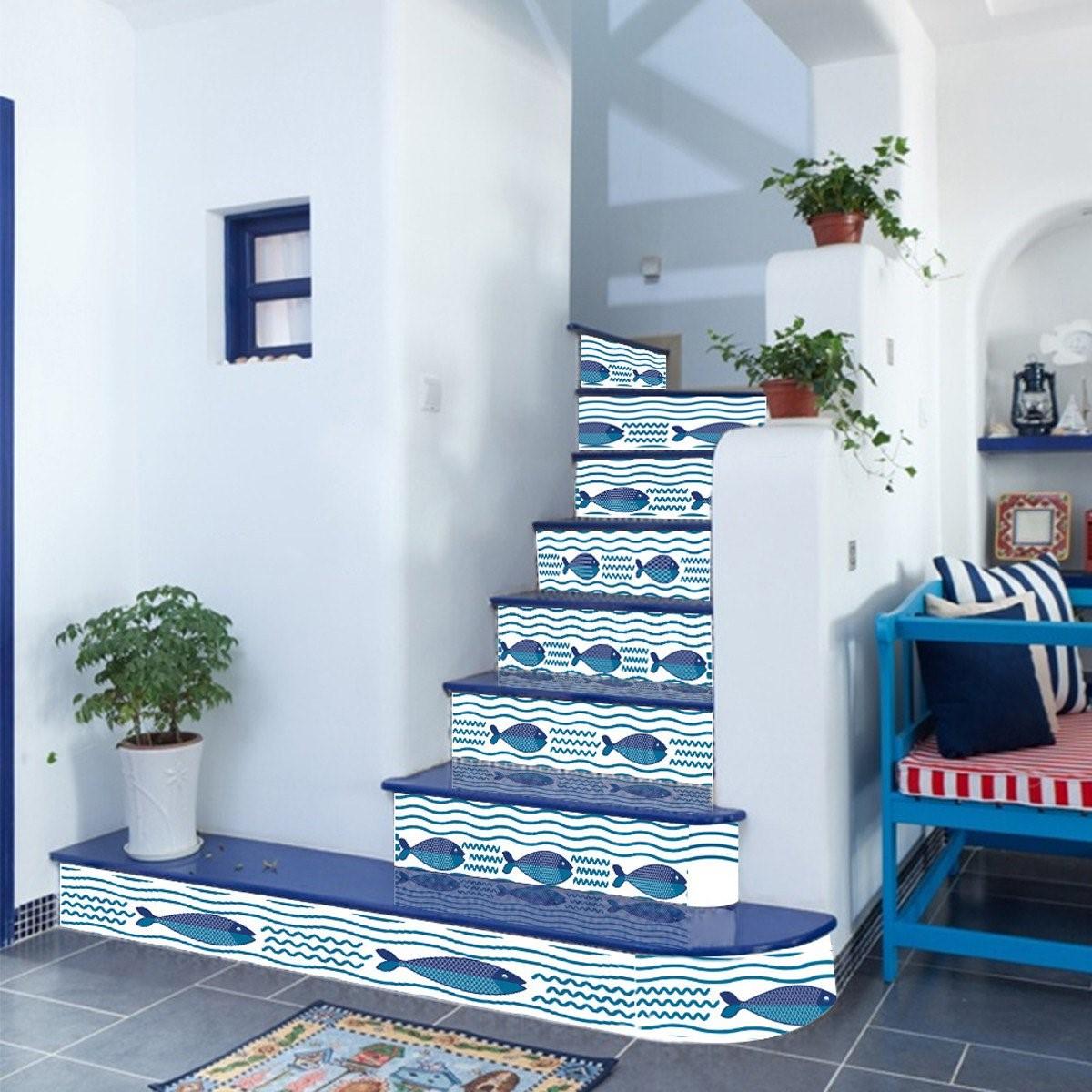 Si vous souhaitez sécuriser vos escaliers en bois, pensez à saupoudrer un grain de caoutchouc entre les couches de peinture.