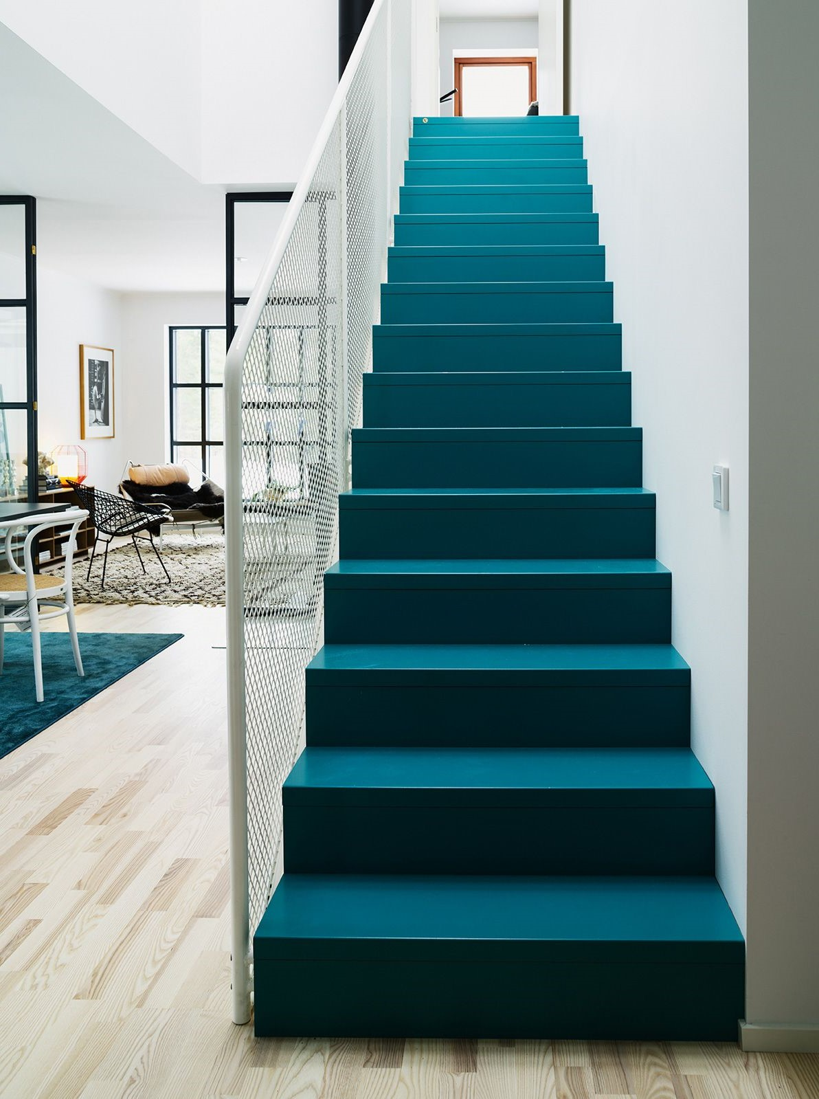 Escalier peint en bleu pétrole.