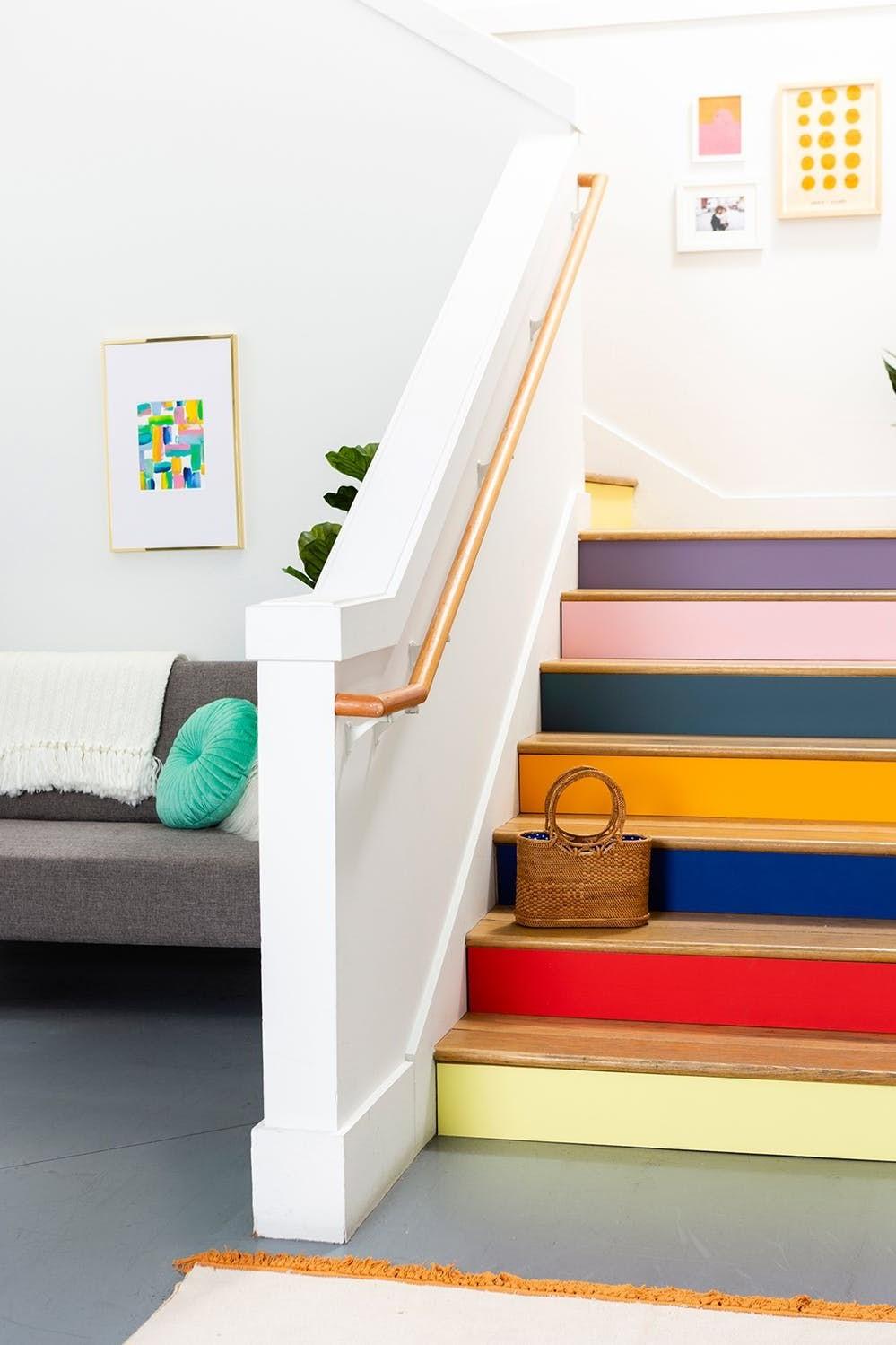 Repeindre l'escalier rafraîchira les zones usées et lui donnera une nouvelle apparence.