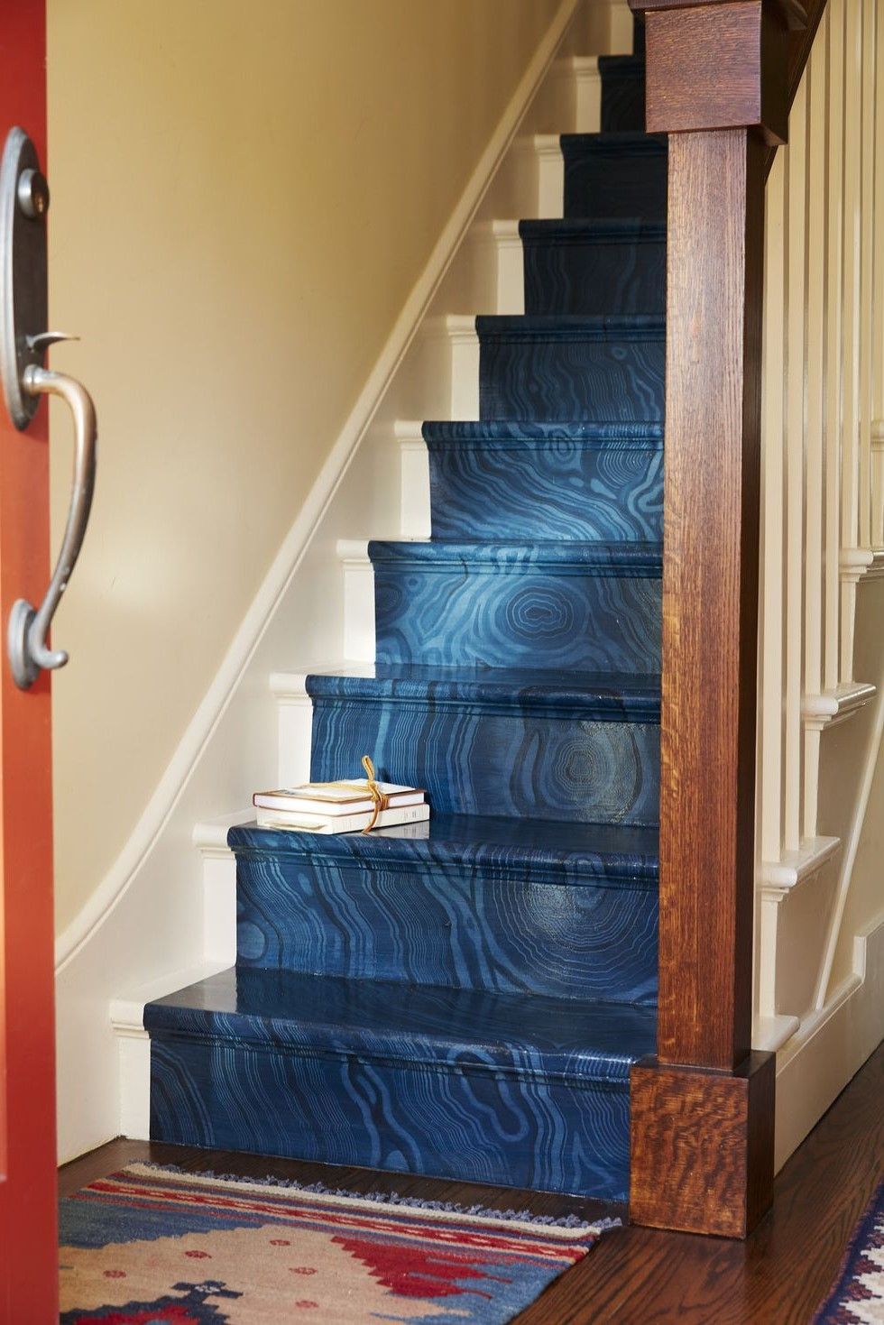 De l'eau chaude et un peu de savon à vaisselle enlèveront sûrement la saleté de vos escaliers.