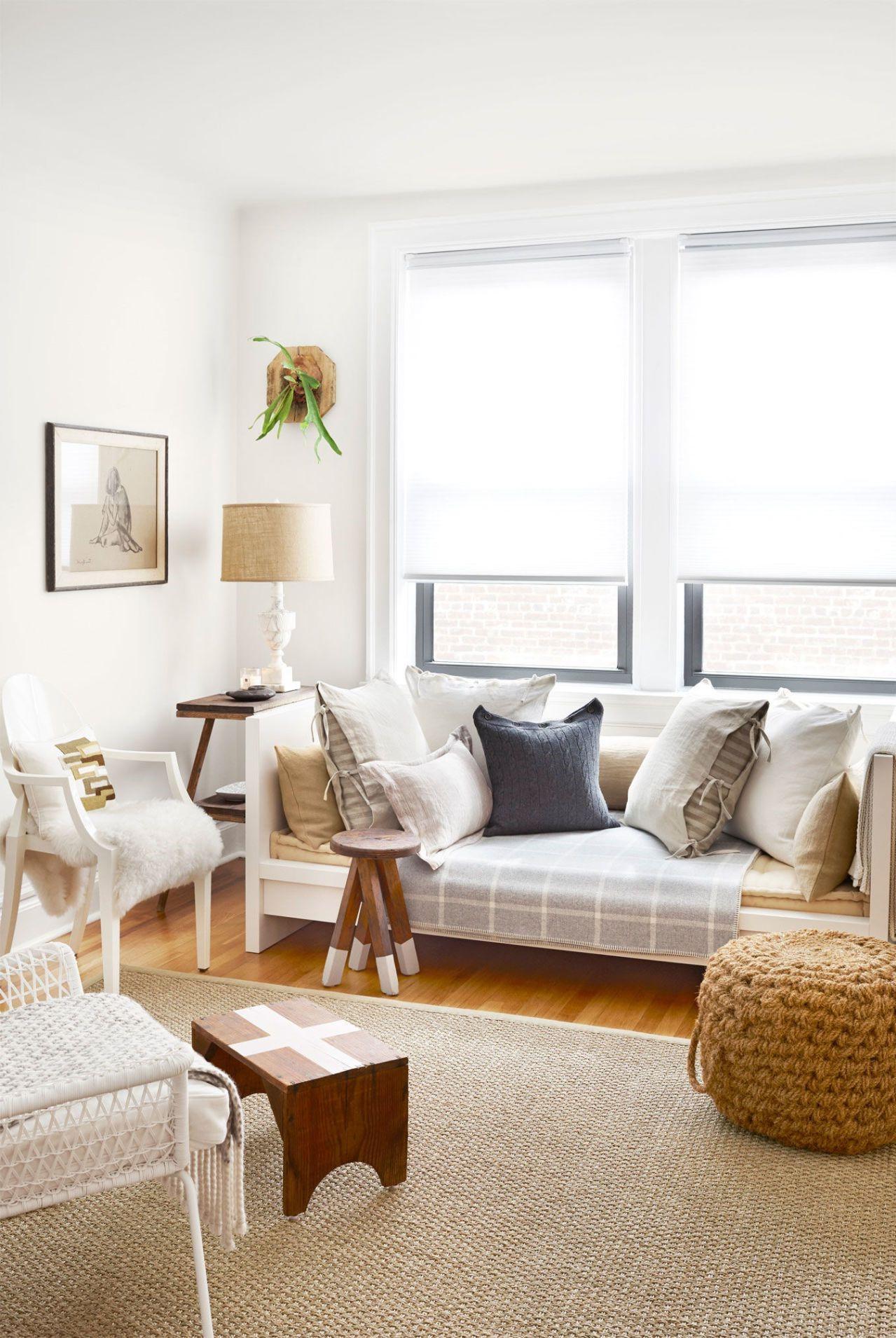 Pour les soirées, il n'y a rien de mieux qu'une lampe pour ajouter une lueur chaleureuse et invitante à l'espace de votre salon.