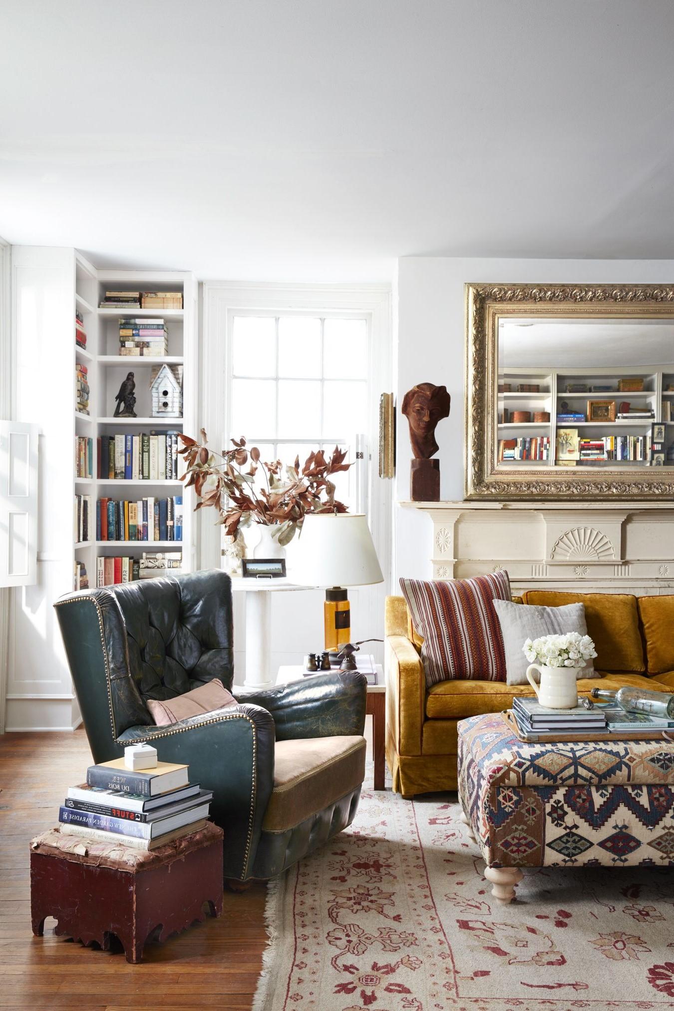Les étagères occupent beaucoup de place sur les murs, elles sont donc faciles à ajouter à un salon où les meubles sont éloignés des murs.