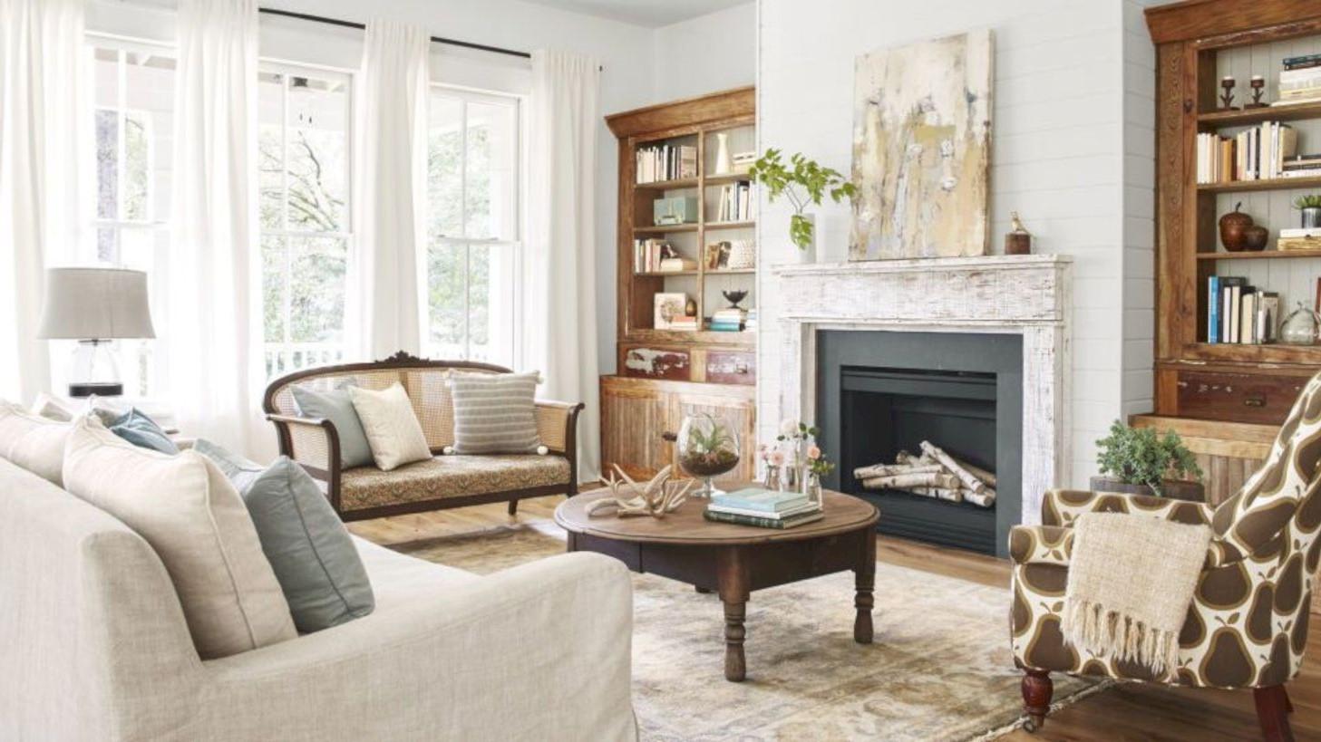 Une combinaison de lampes de sol et de table garantit que chaque coin de votre salon dispose de beaucoup de lumière pour lire ou converser.