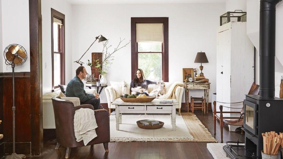 Utilisez des lampes de sol et de table dans votre salon chalereux.