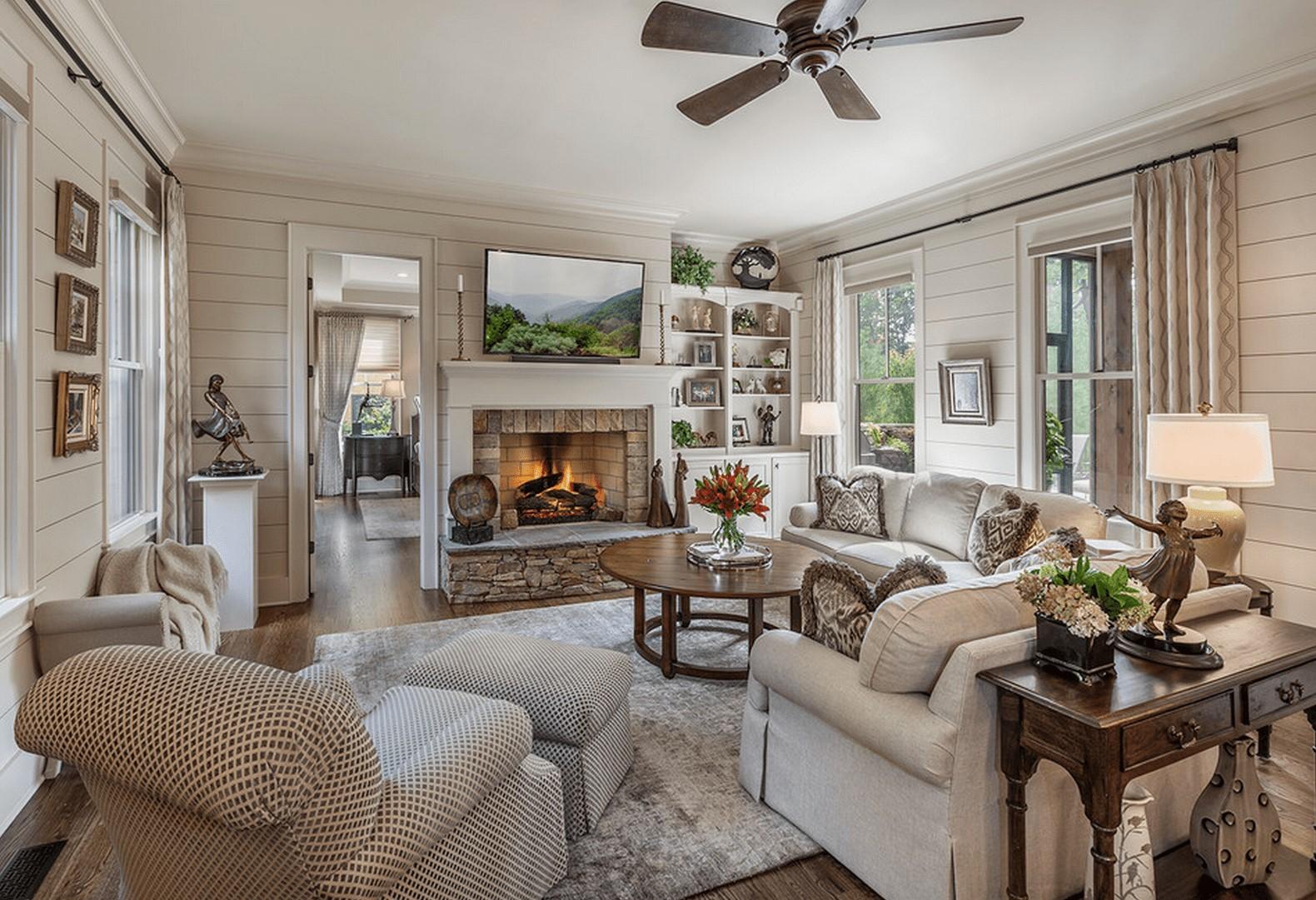 Ajoutez des couleurs chaleureuses à votre salon pour le rendre plus accueillant.