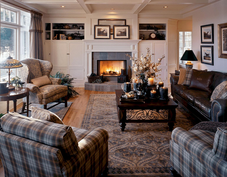 Pour ajouter de la couleur et de la chaleur à un canapé en cuir, ajoutez des coussins de couleurs vives ou à motifs et ajoutez-en beaucoup!