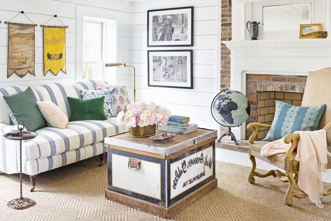 Pour votre salon chaleureux, vous pouvez également opter pour un banc de rangement au lieu d'une table basse.