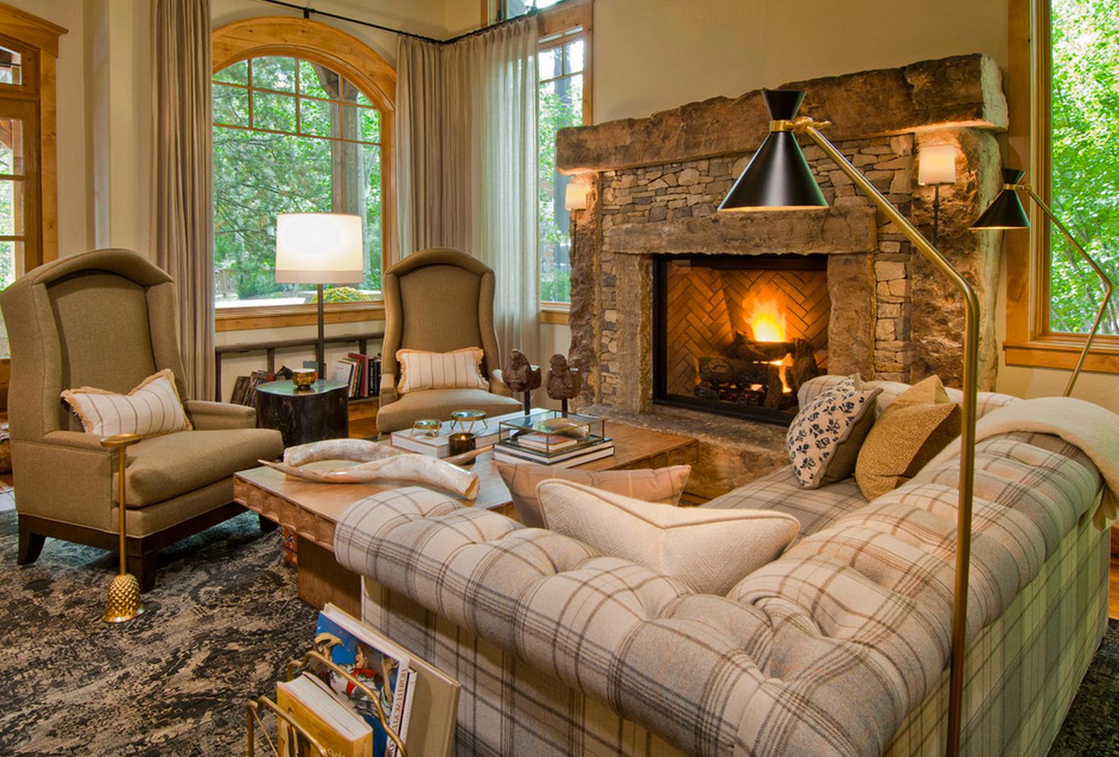 Mélangez les matériaux et les motifs afin de créer un salon chaleureux.