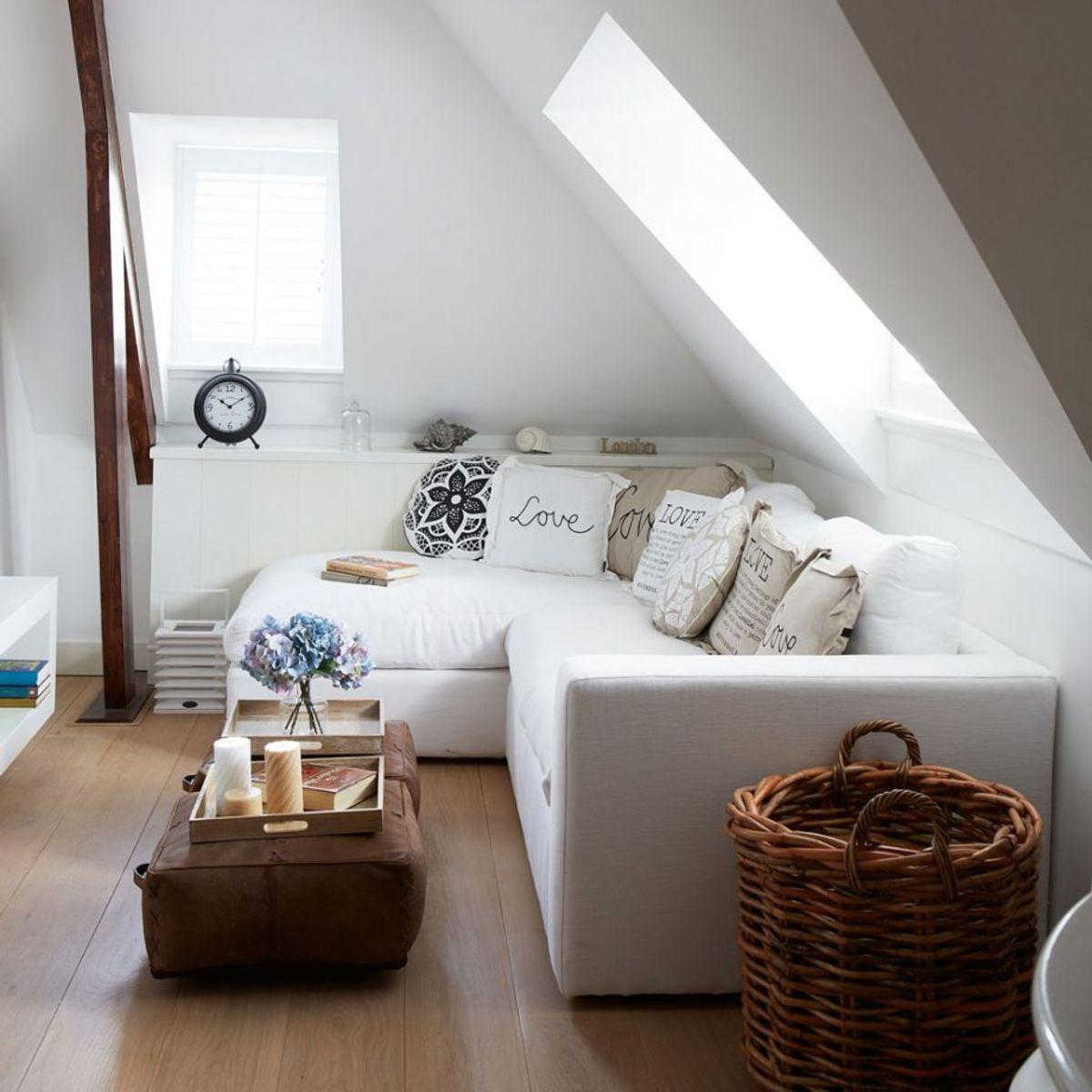 Créez des couches avec des coussins confortables dans votre salon chaleureux.