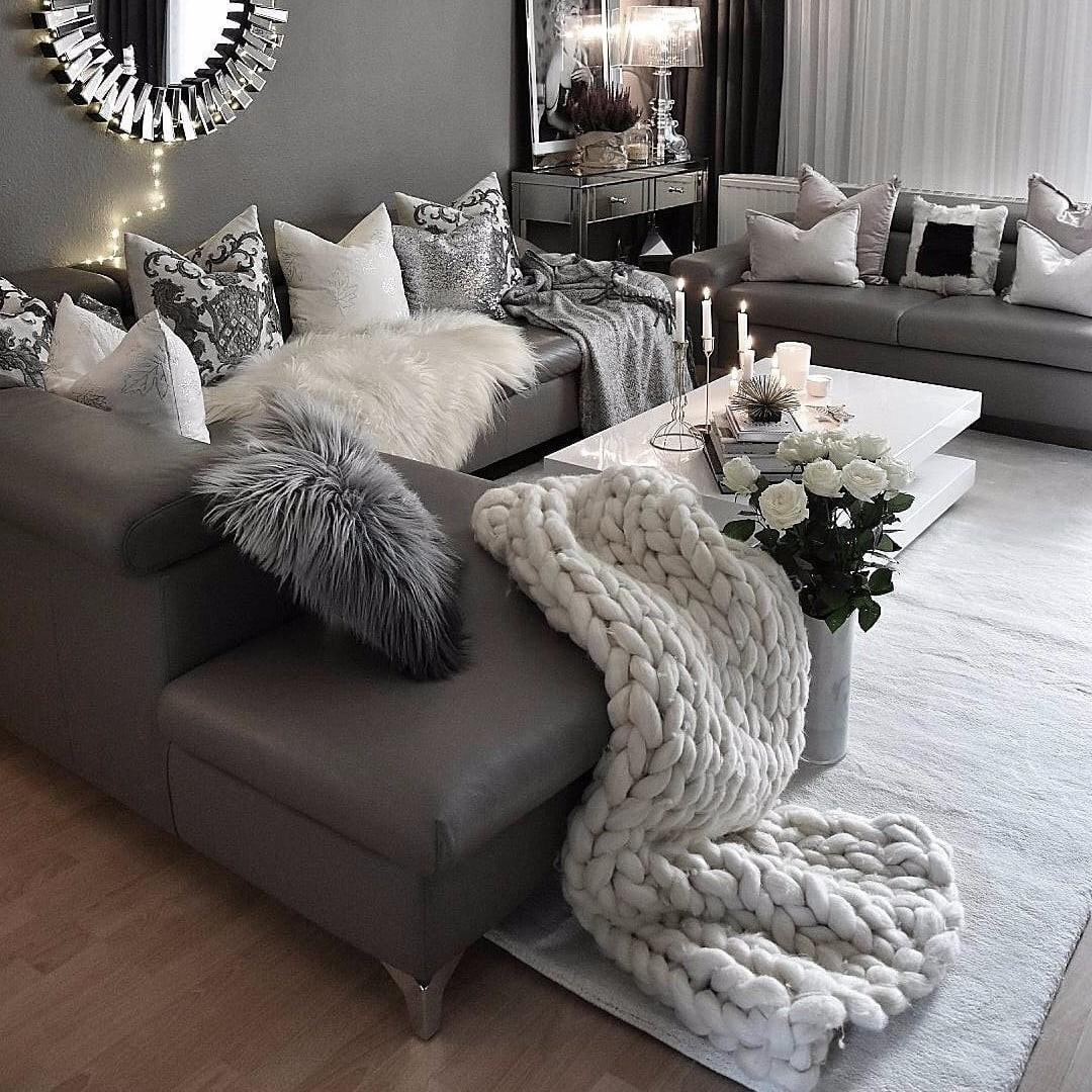 Si vous souhaitez ajouter de la texture à votre salon chaleureux, optez pour un tapis moelleux.