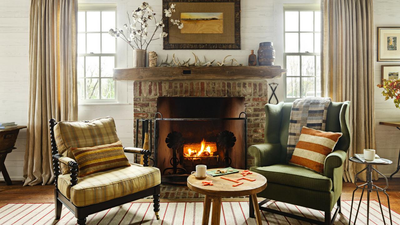 es rideaux multicolores ajoutent de la chaleur à la palette de couleurs claires et allongent les murs.