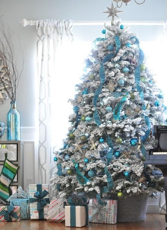 Sapin de Noël en blanc et bleu: ajoutez une touche élégante avec un ruban comme celui-ci.